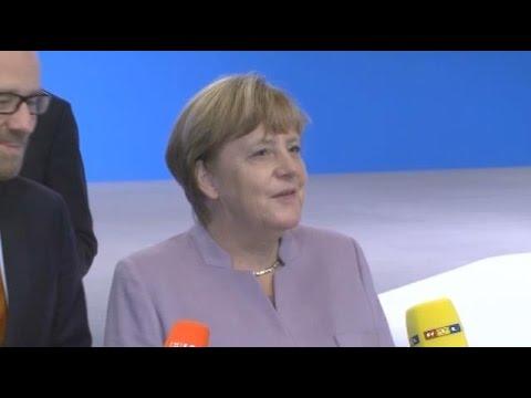 """Merkel bekommt die 360-Grad-Kamera erklärt: """"Was ist denn das für ein Apparat?"""""""