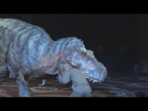 全長8メートルの人造恐竜登場 リアルに歩き回りほえる