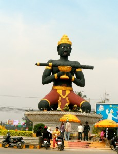 die eigenartige Statue mit Stock
